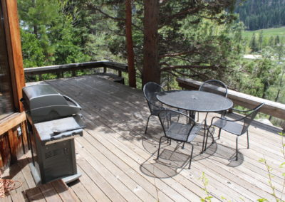 Deck w/ grill & seating