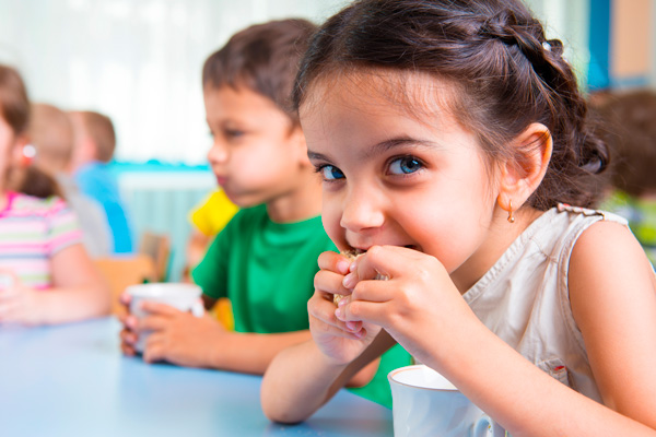 kids-eating-snack