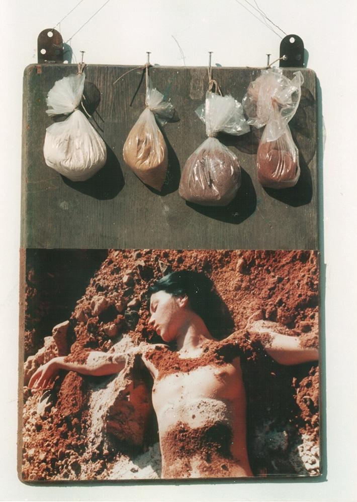 נואבה, 1978, תבליט,עץ, אדמה ותצלום, 50 על 60 ס''מ  [הוצג בגלריה ארבל, תל אביב]