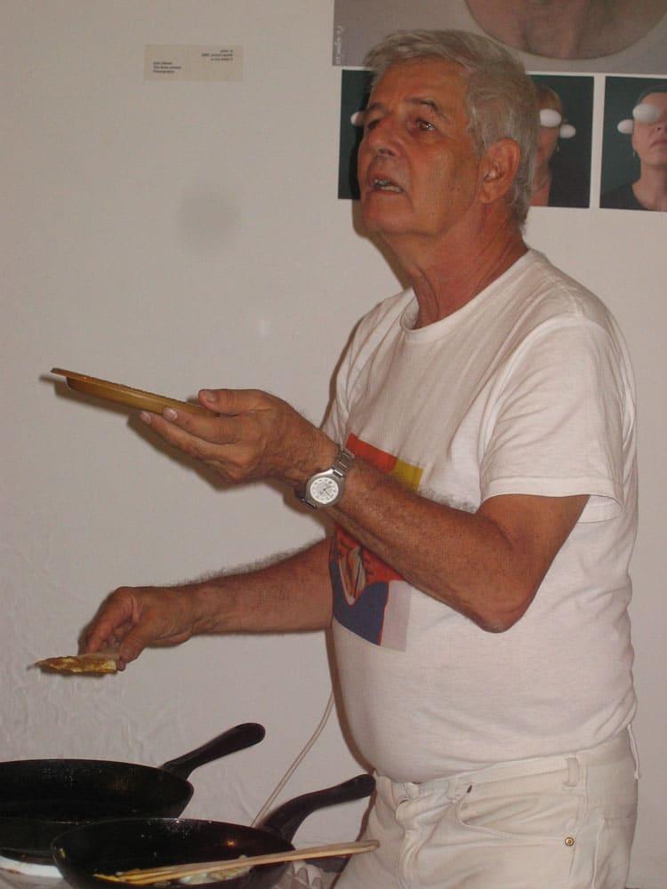 ללכת על ביצים, 2005, תצלום, מתוך מיצג, מוזיאון אשדוד