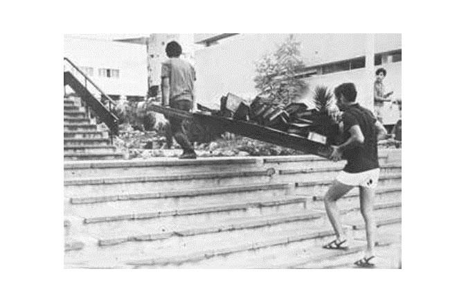 """העתקת קלסרים מארכיון """"הארץ"""", 1971, מוזיאון עירוני, רמת גן"""
