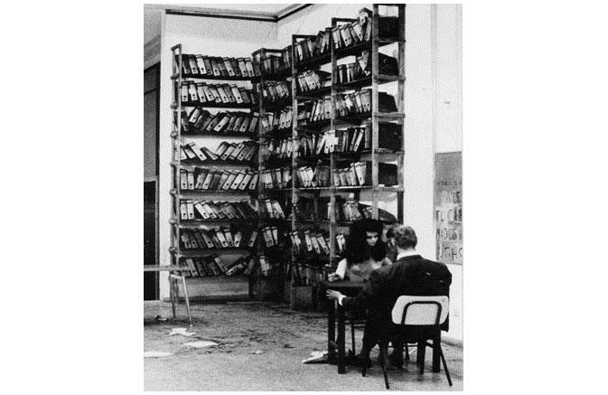""",העתקת ארכיון """"הארץ"""" 1971, מיצב, מוזיאון עירוני, רמת גן"""