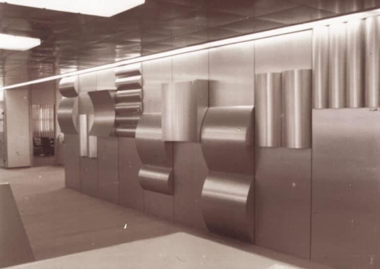 מכונות דפוס, קיר פיסולי, אלומניום, דפוס מסדה, גבעתיים, 1980