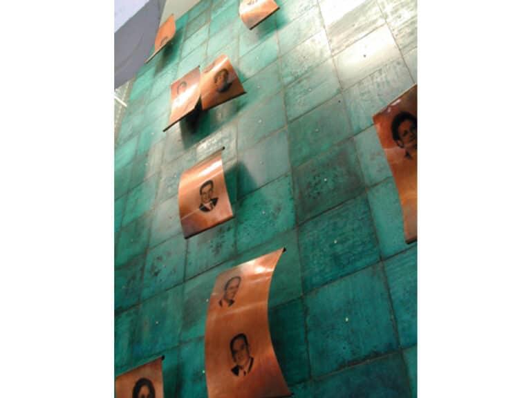 """קיר תורמים, קיר פיסולי, נחושת בעיבוד ירוקת, בי""""ח  אסף הרופא, צריפין, 1997"""