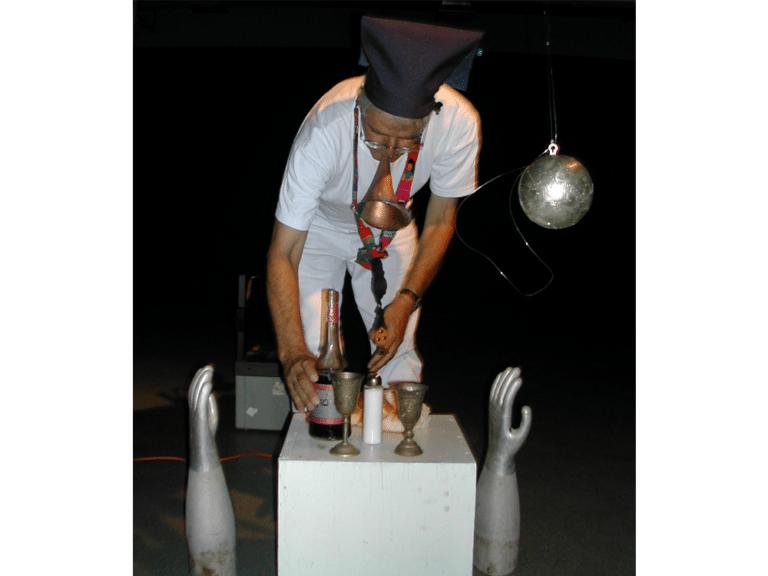 ידיים, 2003, תצלום דומם מתוך מיצג, בימת מיצג, תל אביב