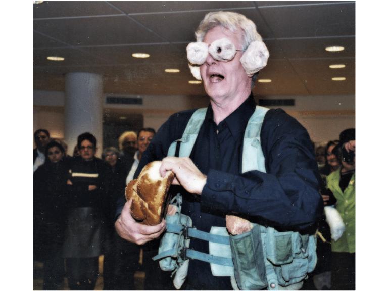 חלות והתנחלויות, 2004, תצלום דומם מתוך מיצג, תערוכת זכות השתיקה, גלריית מרכז הבמה, גני תקווה