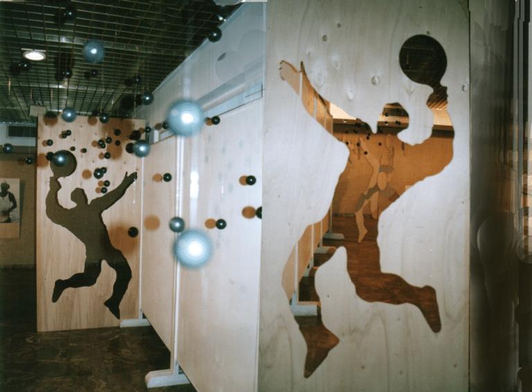 מצב הרוח 2001, מיצב, עץ ו-100 כדורי מטקות תלויים [גלריה ספריה עירונית, רעננה]