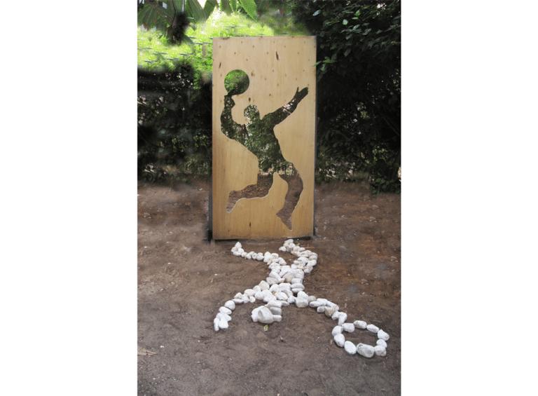 יריבות, 2001, מיצב, עץ וחלוקי נחל [הוצג חצר הסטודיו]