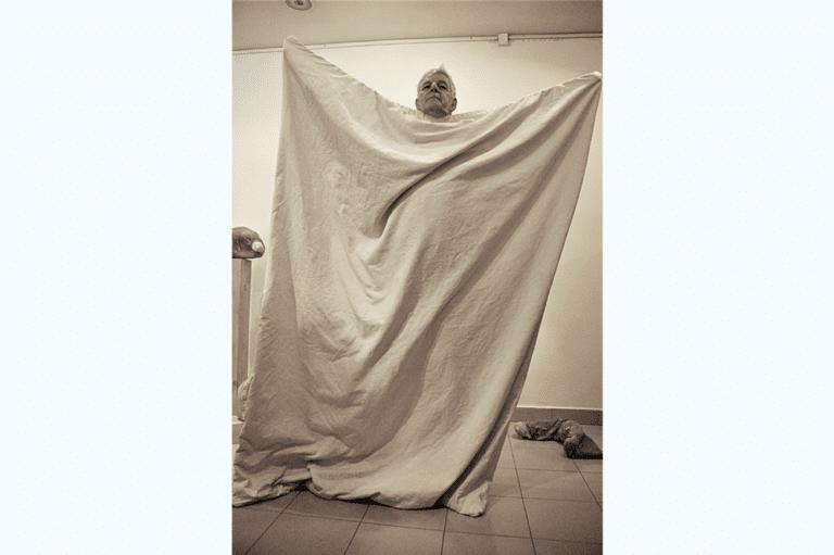 ממתינים, 2008, תצלום דומם מתוך מיצג, תערוכת שיווי משקל, בית מאירוב, חולון