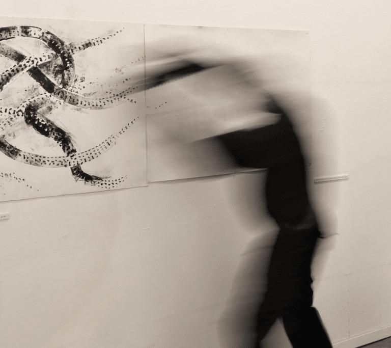 שוטטות, 2019, תצלום דומם מתוך מיצג, בית האמנים, תל אביב [צילום: רן ארדה]