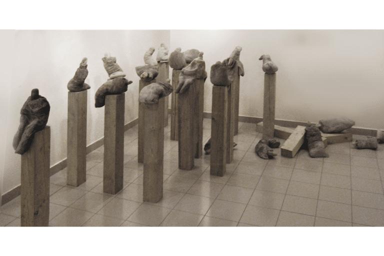 ממתינים, 2008, בטון, בד, אבן ועץ, 400 על 400 ס״מ  [הופיע בתערוכת שיווי משקל, בית מאירוב, חולון]