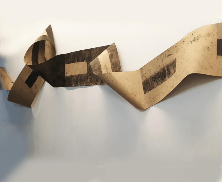 """פס הפרדה, 2019, הדפס מוקוליתו על נייר קרפט, 700 על 50 ס""""מ  [בית האמנים, תל אביב]"""