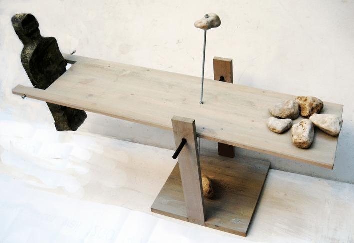 שיווי משקל, 2008, מיצב בתנועה, קלקר מצופה, עץ, ואבן, 40 על 180 ס''מ  [הופיע בתערוכת שיווי משקל, בית מאירוב, חולון]