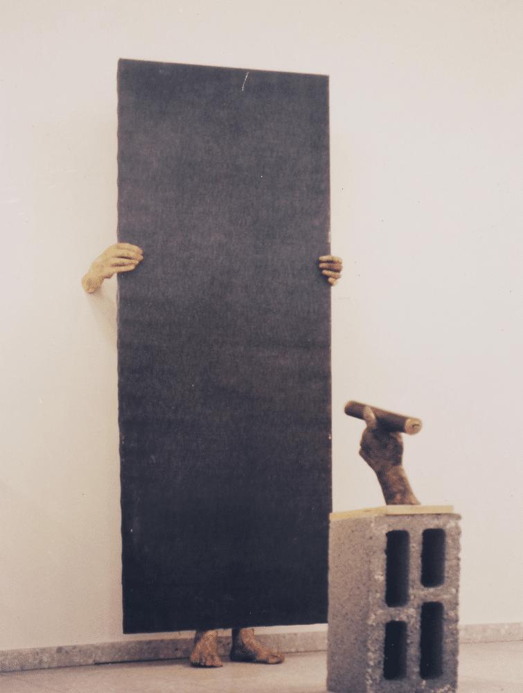 חפש את האישה, 2003, יציקות ברונזה ובד ג'ינס, 180 על 80 ס''מ [גלריה תיאטרון ירושלים]