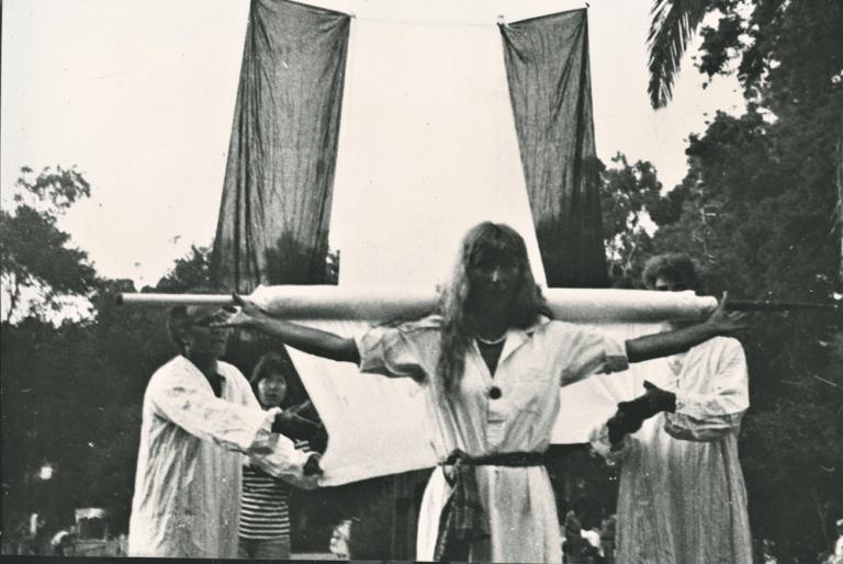 עולם פתוח, 1980, תצלום דומם מתוך מיצג, עדי ארונוב, איתמר סיאני וגד אולמן, גן מאיר, תל אביב