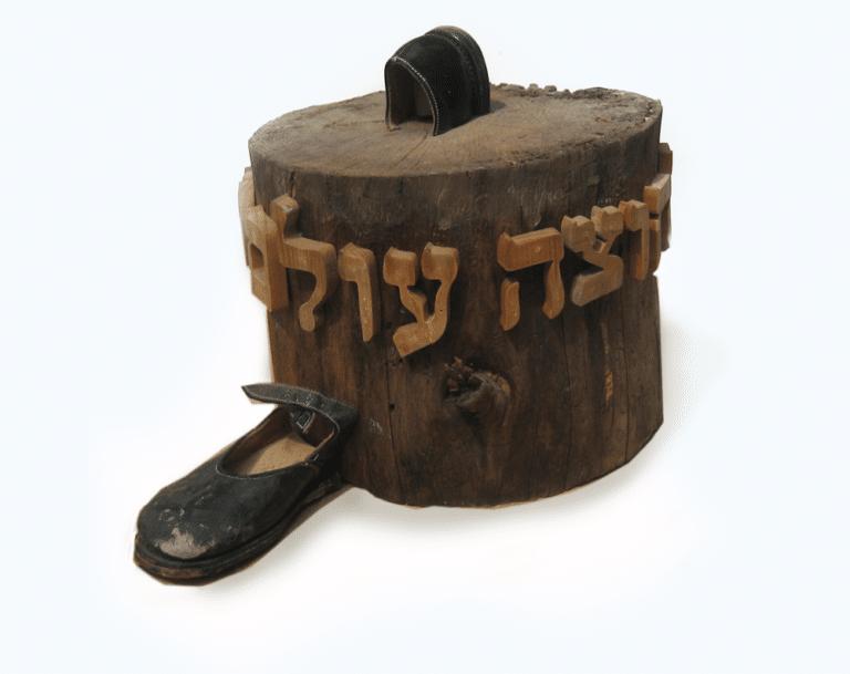 הלב חוצה מערבה, 1999, עץ, עור, 50 על 50 ס''מ, מוזיאון מנחם בגין, ירושלים