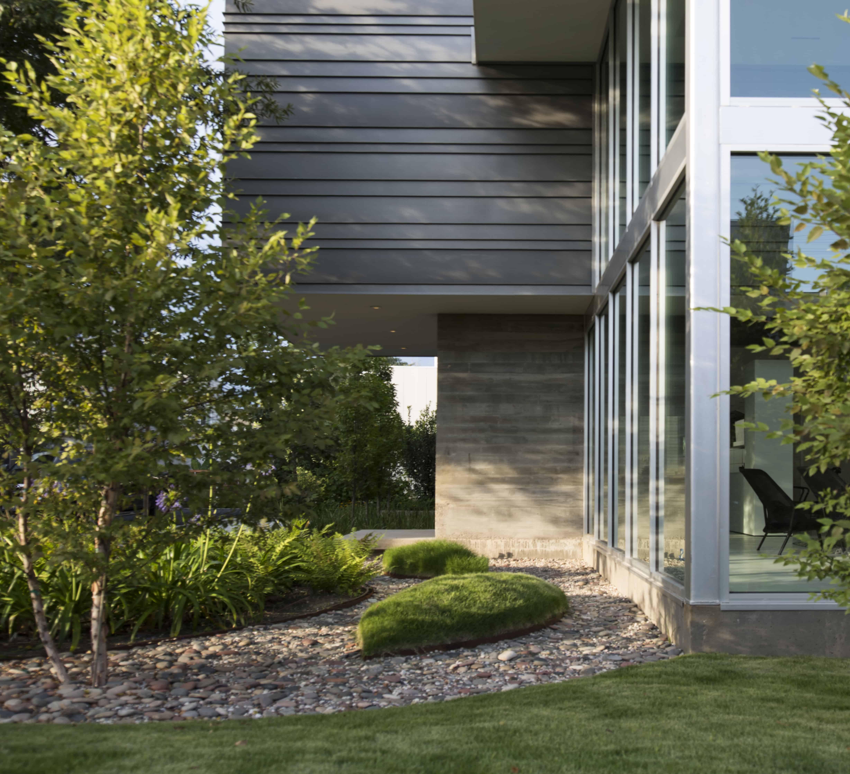 sleek modern home houston landscaping