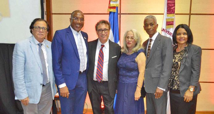 Autoridades de la UNEV y la FEU junto al Dr. Roitman