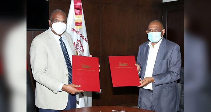 Epifanio González Minaya y Manuel Matos posando y sosteniendo en sus manos el convenio firmado