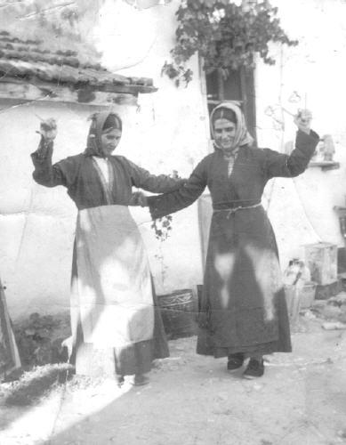 Λουκία και Δέσποινα χορεύουν Κουτάλια