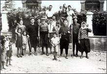 Σημαντικό ρόλο στην καθημερινή ζωή και στην οικονομία του νησιού έπαιζαν τα «ντάμια», οι βοηθητικές εξοχικές αγροικίες, μονοώροφες ή διώροφες, που κάθε οικογένεια συντηρούσε στις διάφορες ξωμεριές του νησιού.