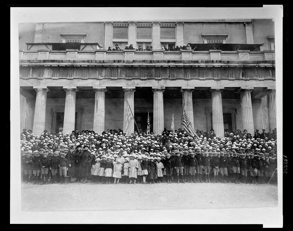 Ορφανά, μπρος στα παλιά ανάκτορα. Φωτο Library of Congress 3c39276v