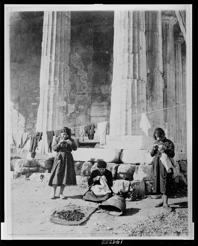 Πρόσφυγες, μπρος στις στήλες του Θησείου το 1922. Φωτο - Library of Congress