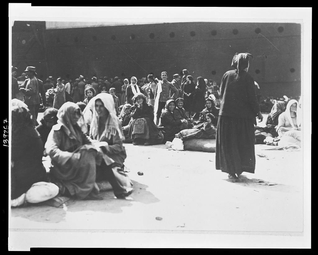 Μόλις αποβιβάστηκαν από το καράβι στη Θεσσαλονίκη, αυτοί που τους έφεραν από τη Μικρά Ασία. 1922 (φωτο Library of Congress 3c39267v)