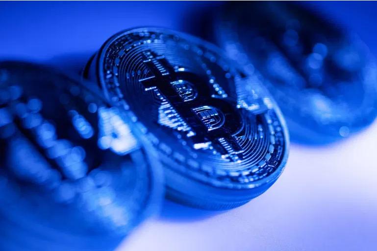 Amazon's denies accepting Bitcoin, sends it tumbling