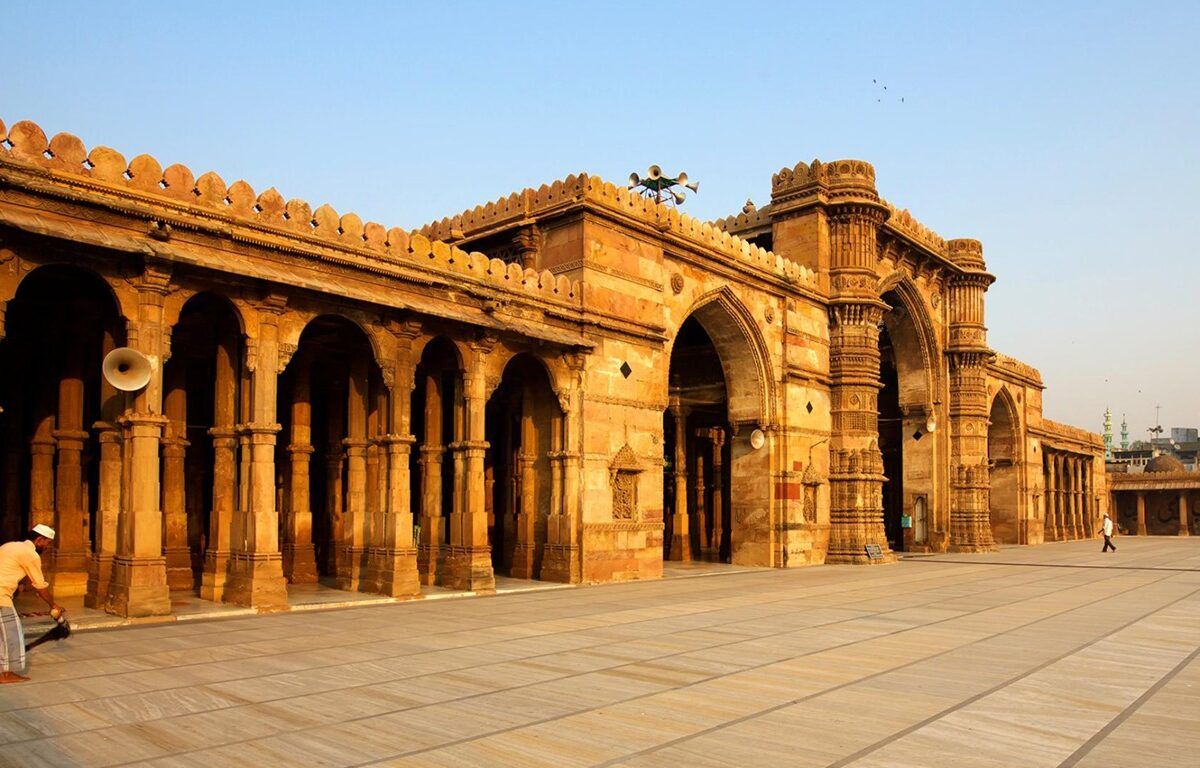 Mosque_Ahmedabad_City_India-National_Geographic_Wallpaper_1366x768