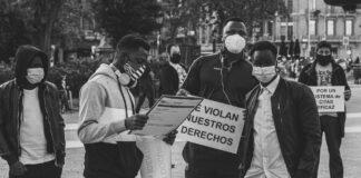protestors holding Spanish signs