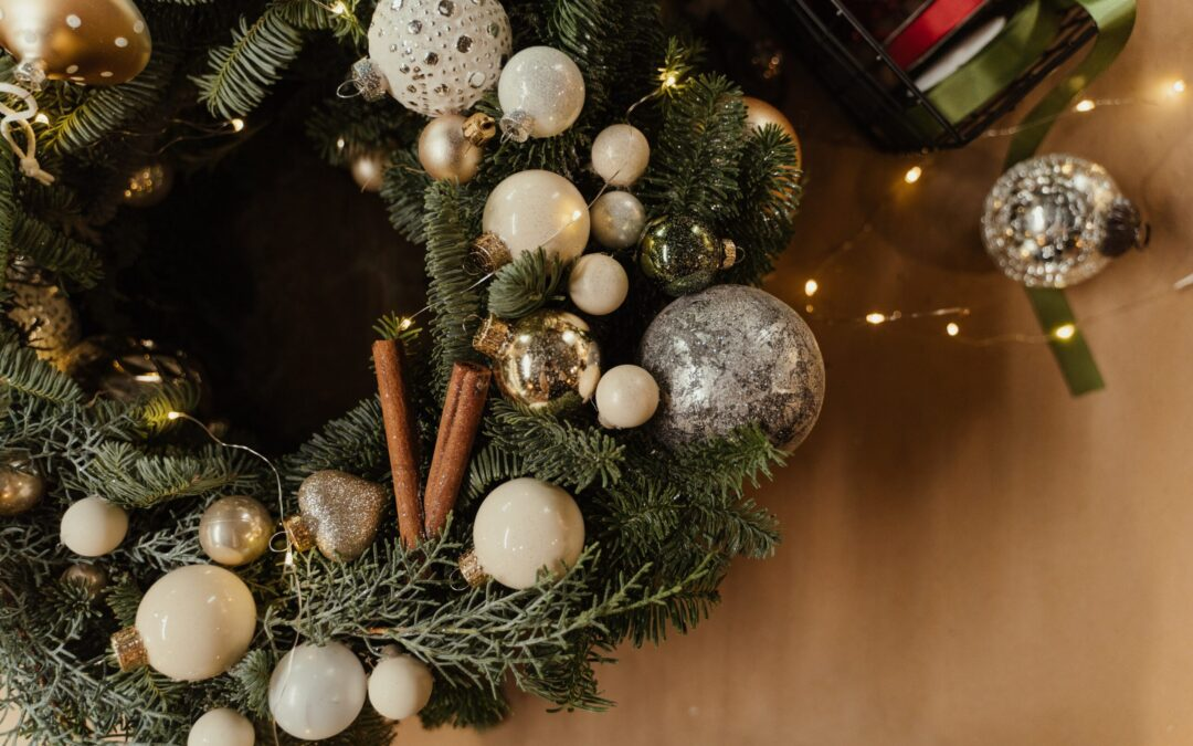Picture of an evergreen wreath with white decorations
