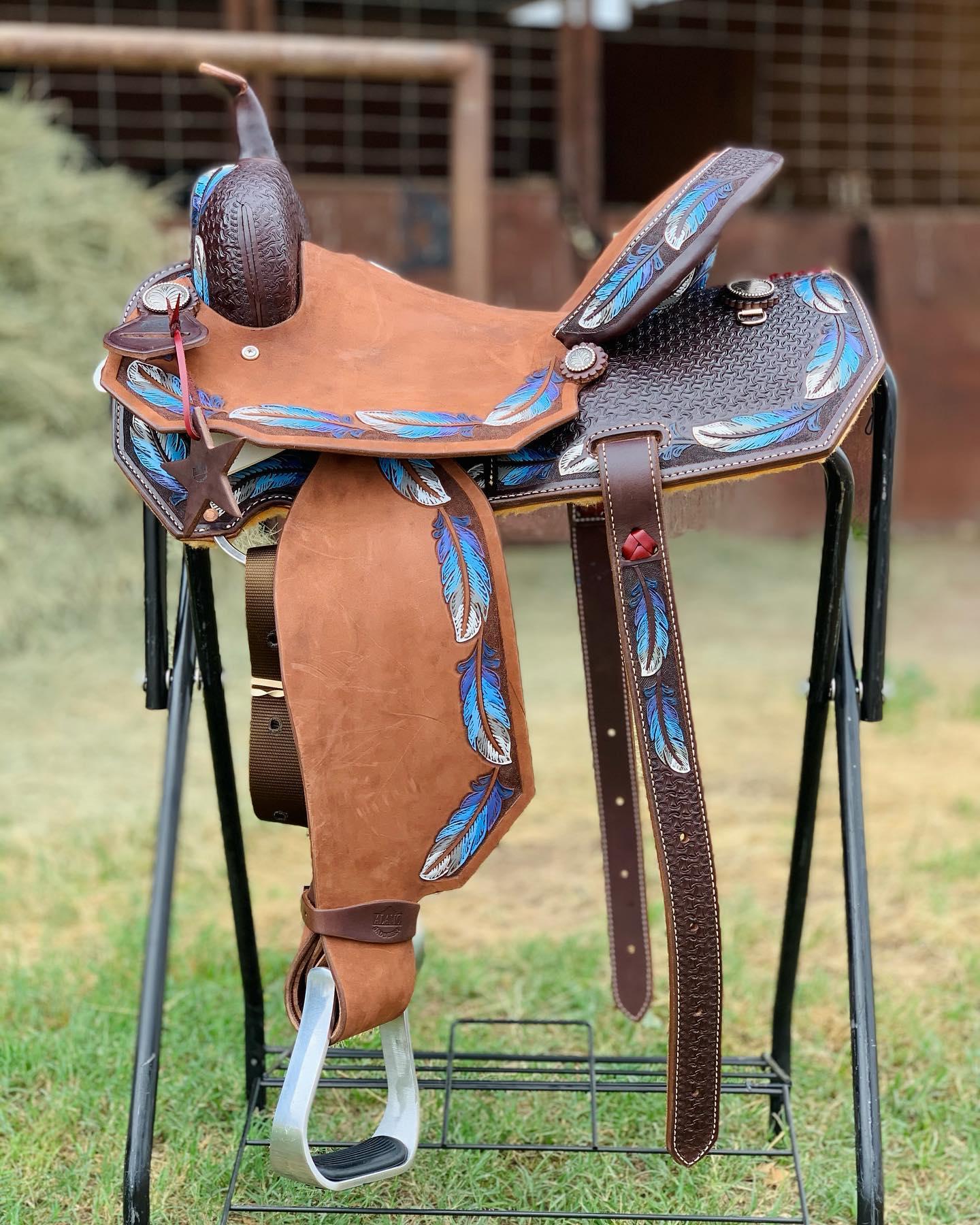 <b>14.5in</b><p>Feather barrel saddle</p>