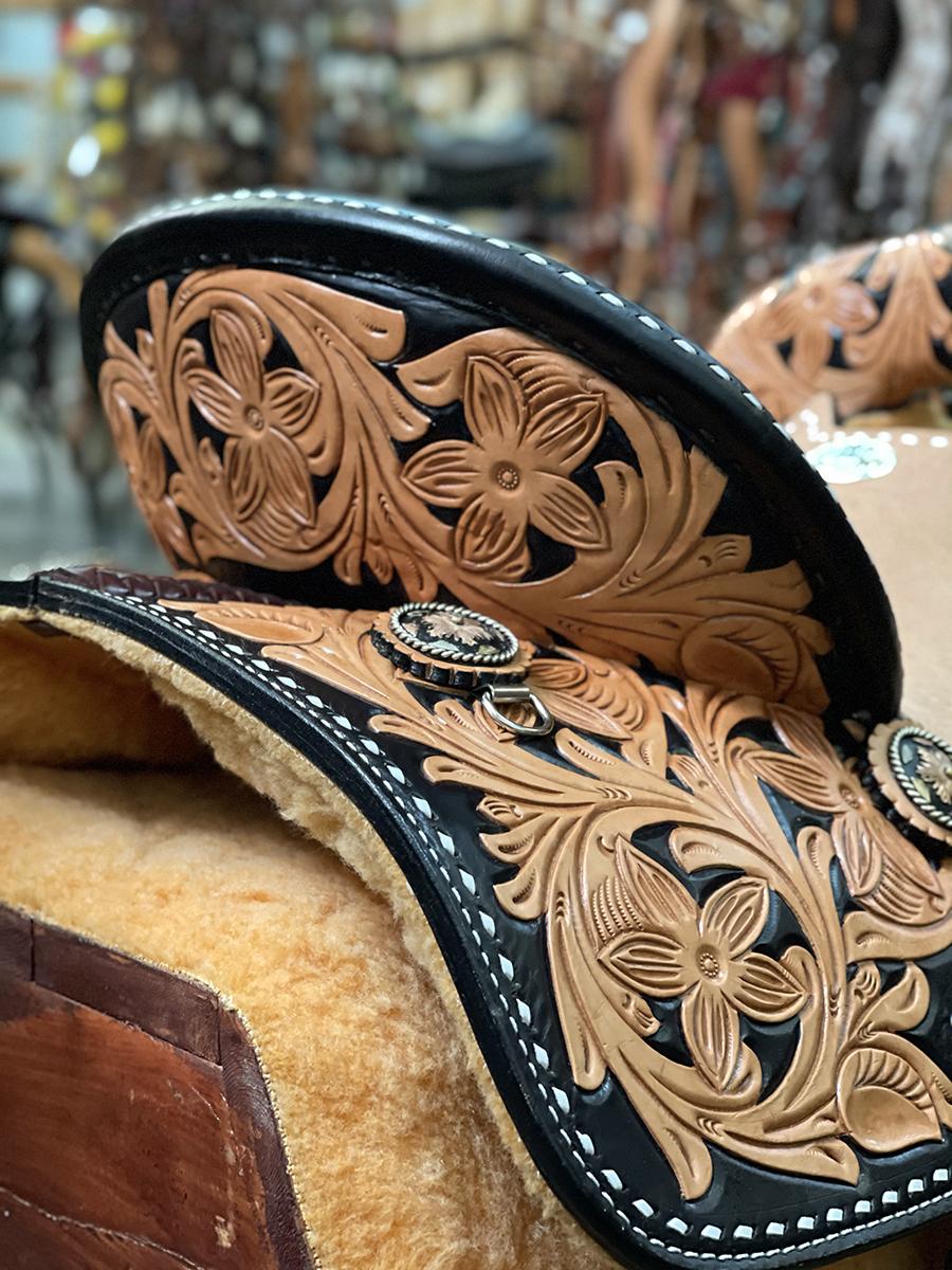 <b>15.5in</b> <p>Sunrise barrel saddle</p>