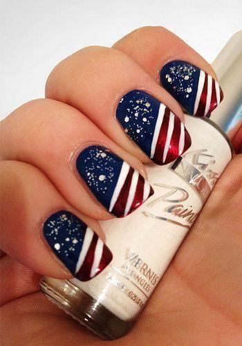 manicura patriota con rayas y estrellas para el 4 de julio