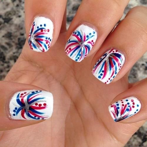 diseño de uñas con fuegos artificiales para el 4 de julio