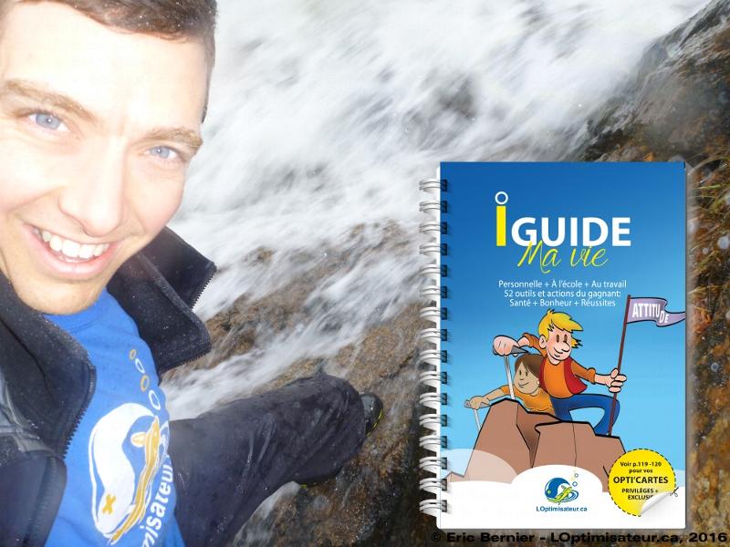 LOptimisateur se jète à l'eau avec son livre du bonheur.