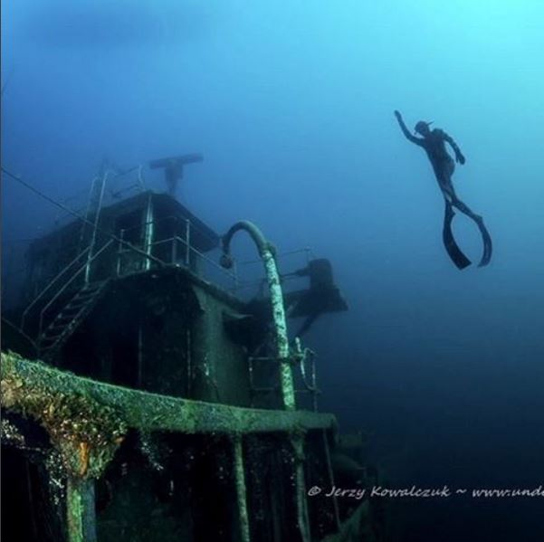 EnjoyFreediving - Freedive instructor coming up from deep wreck