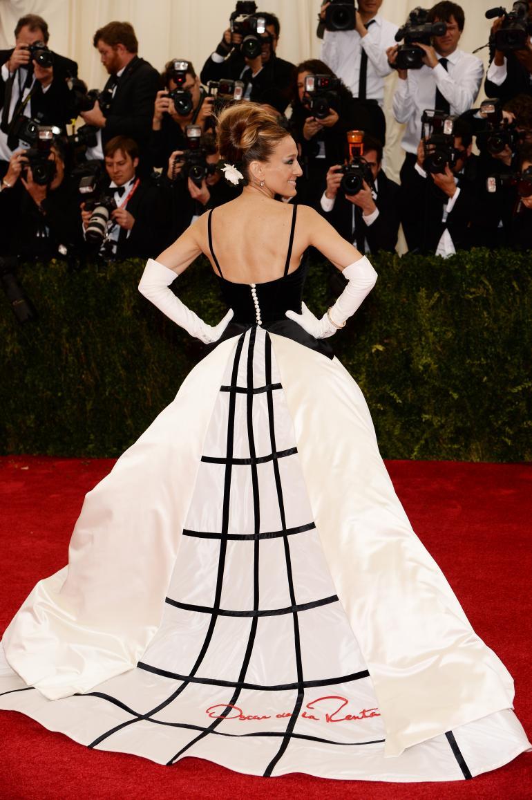 https://secureservercdn.net/198.71.233.39/f0f.f43.myftpupload.com/wp-content/uploads/2017/02/Black-White-Dress-sarah-jessica-parker-BlueSkyRain.com_.jpg