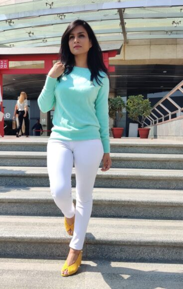 summer outfit ideas- pastels with white jeans