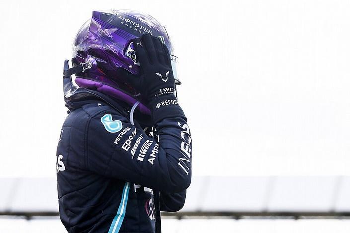 F1 em Silverstone: Hamilton vence mesmo com pneu furado