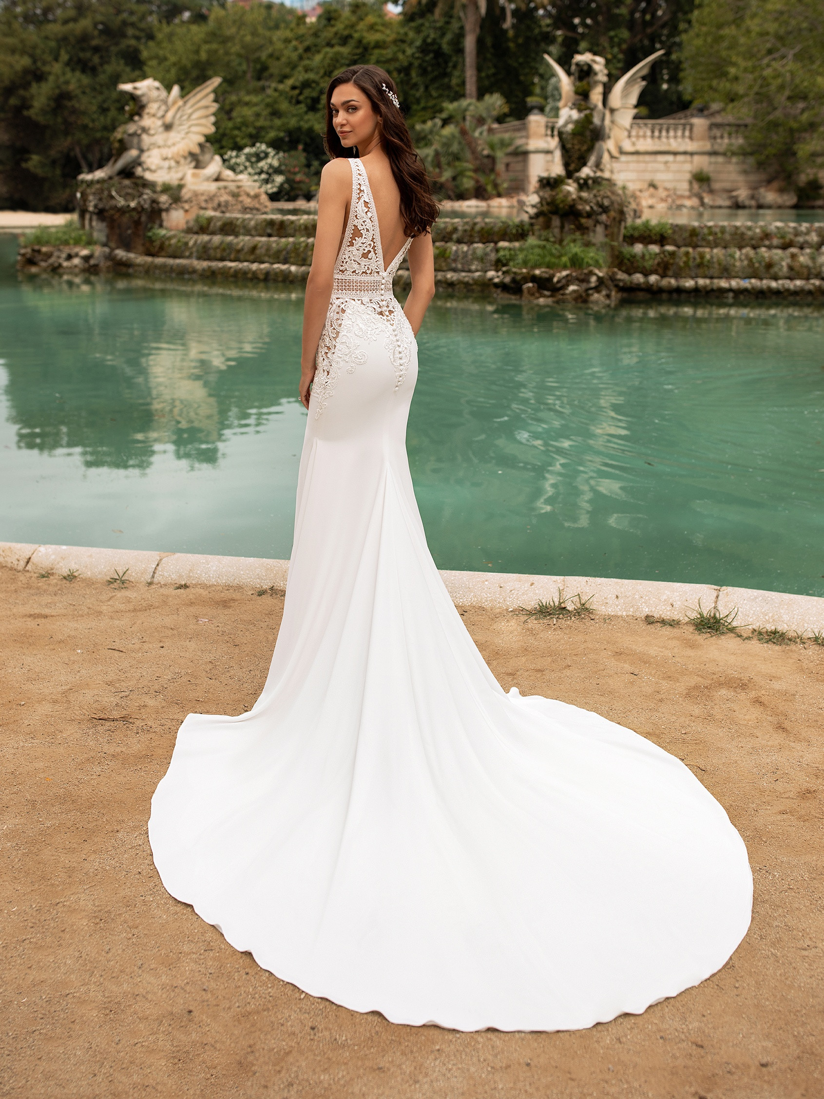Wedding Dress. Bride using a fantasy of bridal fashion comes to this spectacular mermaid design capable of emphasizing feminine lines with crepe