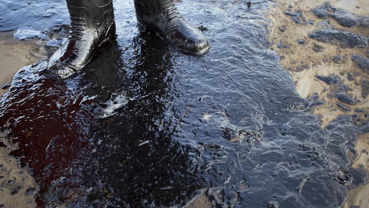 ruptured-pipeline-spills-oil-along-santa-barbara-coast-1