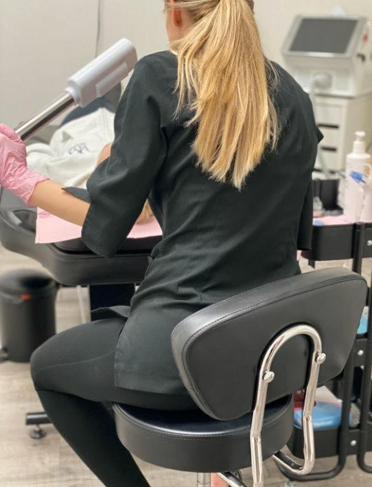 esthetician in montreal during skin treatment