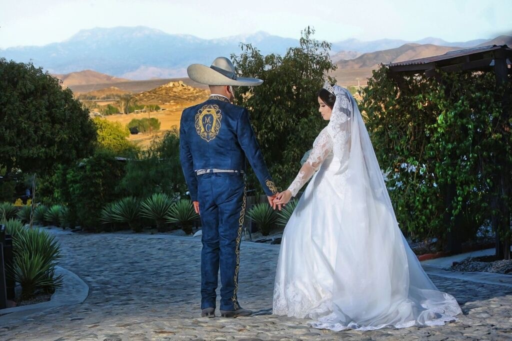 traditional-mexican-wedding-outfits
