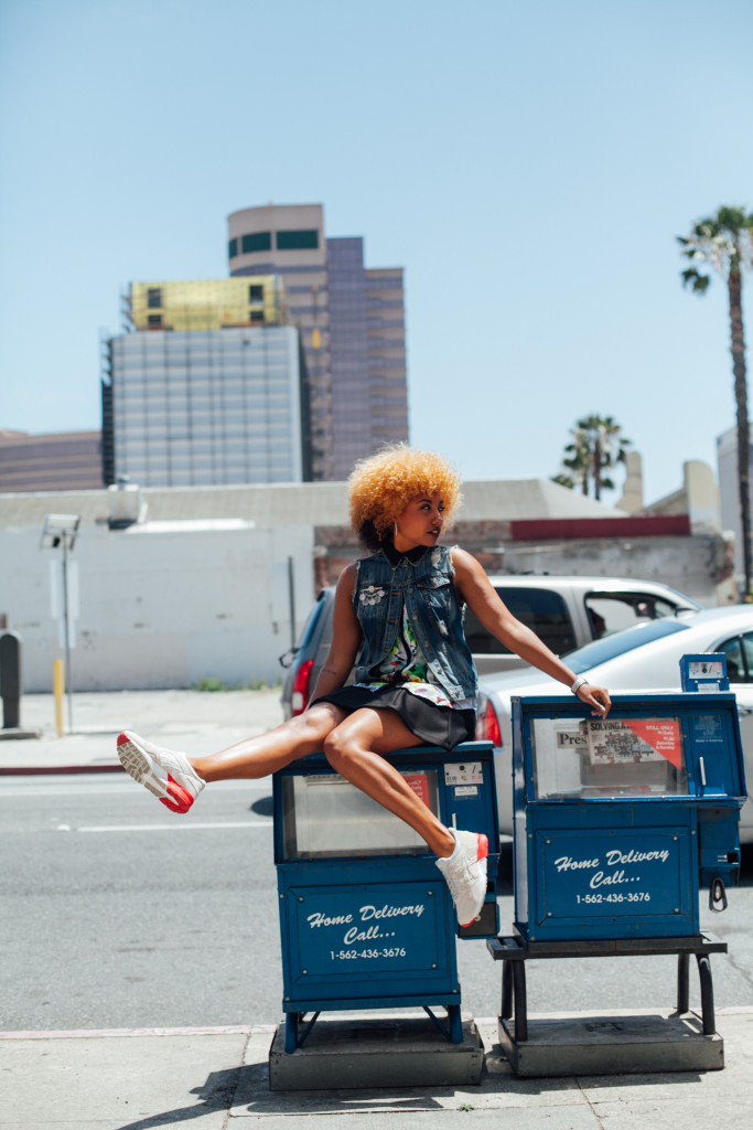 Fit femme, sneakers, streetwear, streetstyle, asics, féminine, denim vest, mini skirt, natural hair, black girl blogger, brown girl blogger, ethnic blogger, city of long beach, california