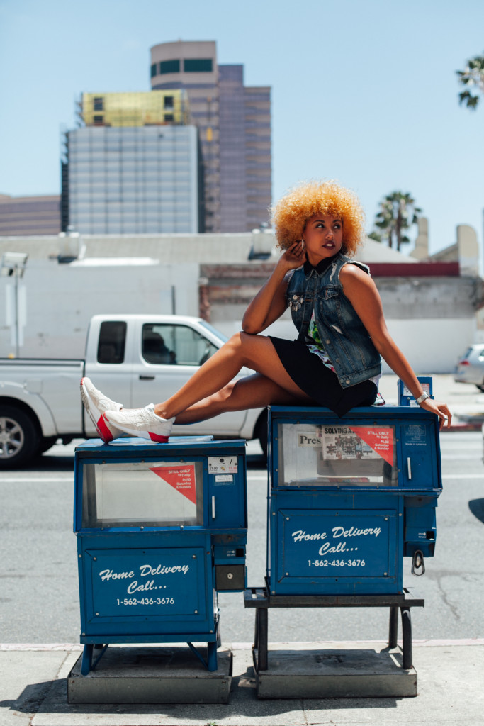 Fit femme, speakers, streetwear, streetstyle, asics, féminine, denim vest, mini skirt, natural hair, black girl blogger, brown girl blogger, ethnic blogger, city of long beach, california