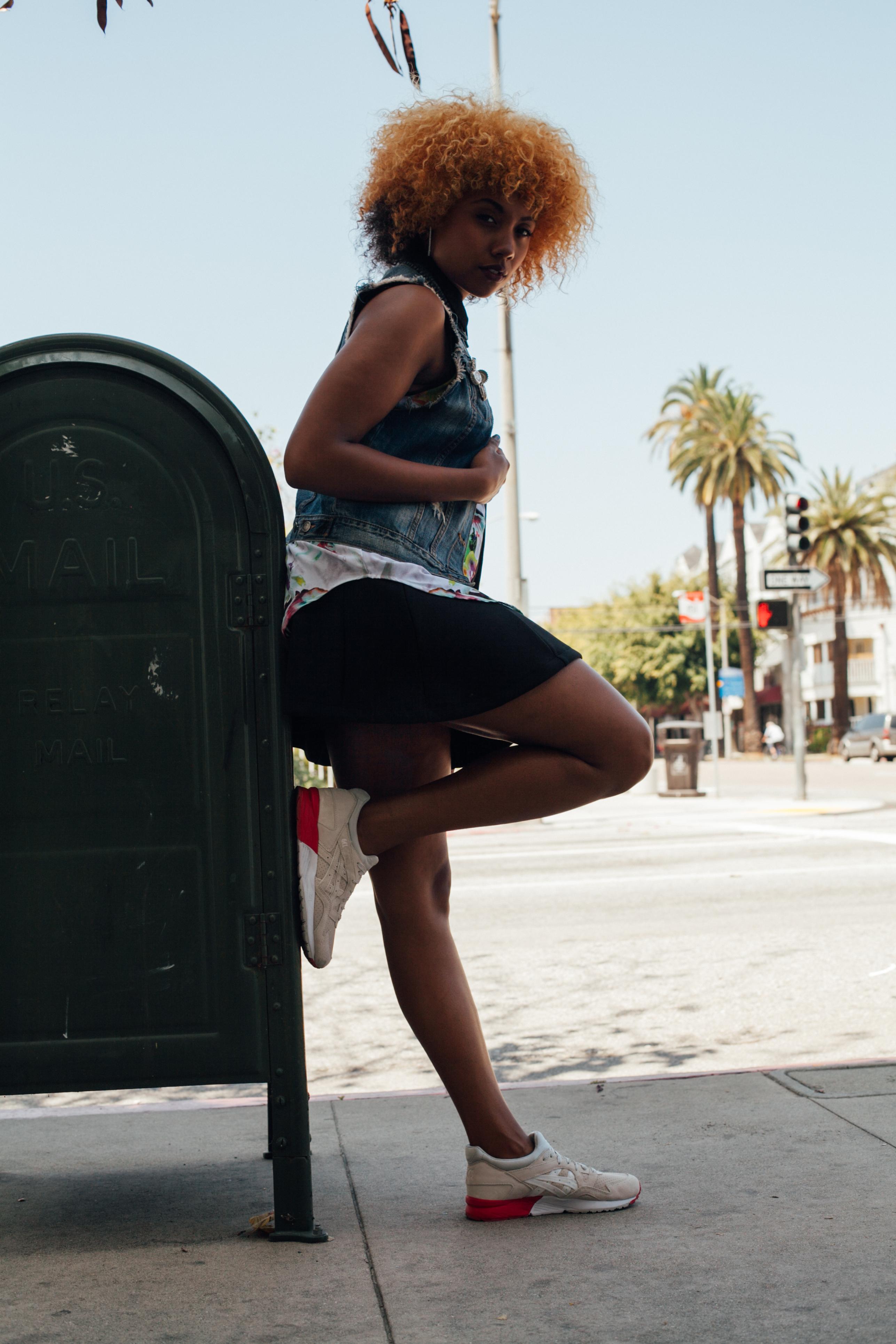 Fit femme, sneakers, streetwear, streetstyle, asics, féminine, denim vest, mini skirt, natural hair, black girl blogger, brown girl blogger, ethnic blogger, city of long beach, california
