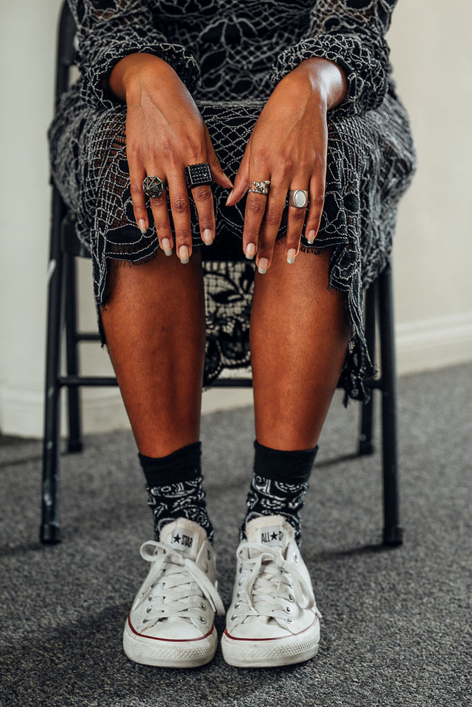 wear-who-you-are-RSEE-xmmtt-liveclothesminded-chucks-converse-with-dress-style-details