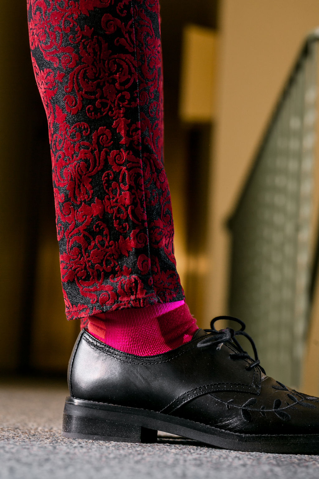 RSEE-LCM-Liveclothesminded-xmmtt-longbeach-2484-christmas outfit idea - red + pink - trend 2019 - dress shoes - pink socks - athletic socks - how to wear fun socks - cool sock